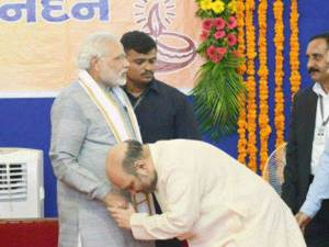Amit-Shah-Narendra-Modi-Bowing